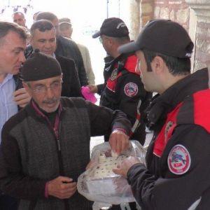 Gebze'de Polis Namaz Çıkışı Vatandaşa Lokum Dağıttı