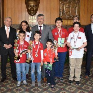 Vali Bektaş, Satranç Şampiyonasının Başarılı Sporcularını Ağırladı
