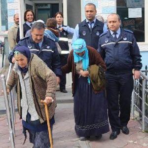 Suriyeli Dilencilere Zabıtadan 105'er Lira Para Cezası