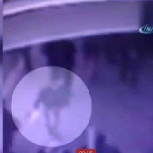 Metrobüs durağındaki patlama anı kamerada