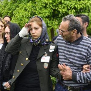 Şehit Eşini, Üniforma Giyip, Asker Selamı İle Uğurladı