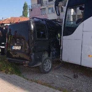 Servis Otobüsü Hafif Ticari Araca Çarptı: 1 Ölü, 1 Yaralı