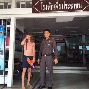 Erkek Turiste Üstsüz Gezme Cezası