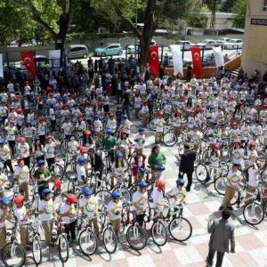 Merkezefendi Belediyesi Öğrencilere Bisiklet Dağıtmaya Devam Ediyor