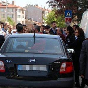 Polis cenaze aracının önüne kesip, silah çekti