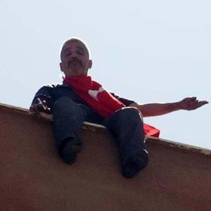 Türk bayrağıyla 12. kattan atlayacaktı ki...