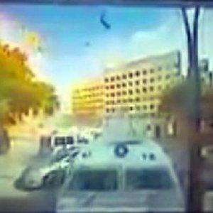 Patlama görüntüleri polis memurunu yaktı