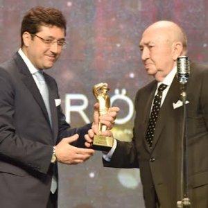 Sinema onur ödülünü Türker İnanoğlu Başkan Hazinedar'dan aldı
