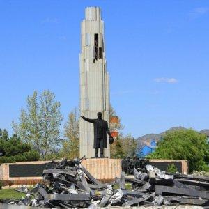 Atatürk anıtı atık deposuna döndü
