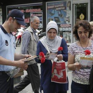 Büyükşehir Zabıtası dilenciliğe karşı halkı broşürlerle uyarıyor