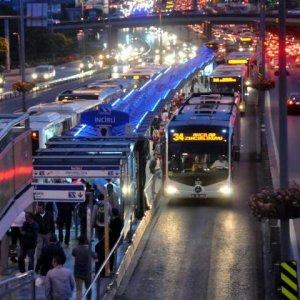 Polise metrobüs çarptı !