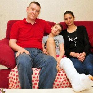 Havuzda dizini çarpan küçük kız kanserden kurtuldu