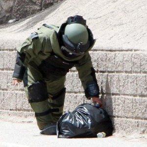 Askeri birliğin duvarında şüpheli paket !