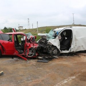 İki araç kafa kafaya çarpıştı: Ölü ve yaralılar var...