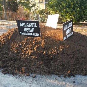 CHP'li ismin evinin önüne gübre bıraktılar !