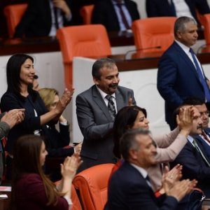 HDP'lillerden Meclis'te alkışlı protesto