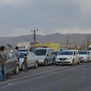 PKK'lılar yol kesip araç yaktı !