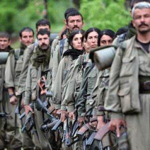 PKK o karayolunu kesip tırları ateşe verdi !