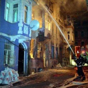 Beyoğlu'nda 4 katli bina yandı !