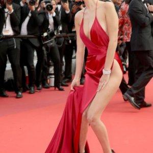 Bella Hadid'in elbisesinin sırrı çözüldü