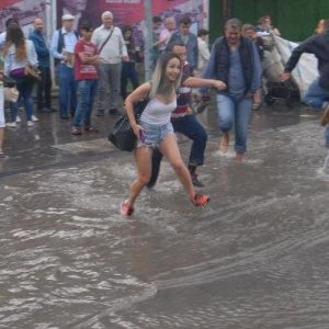 İzmir'de sağanak yağış etkili oldu