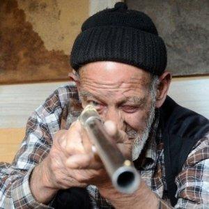 86 yaşında evinde silah üretiyor !