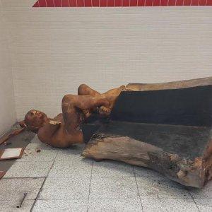 İzmir Metrosu'ndaki heykele balyozla saldırı