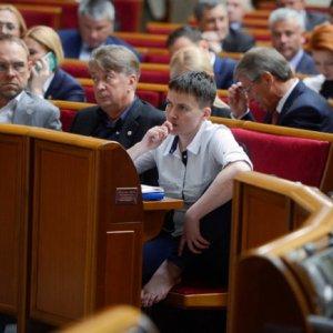 İlk kez parlamentoya geldi, çıplak ayakla oturdu