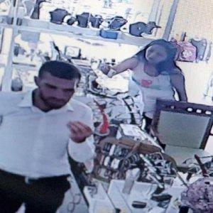 Kadın turistin hırsızlık anı kamerada