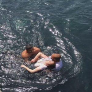 Denize düşen kız son anda kurtarıldı !