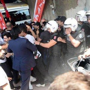 AK PARTİ BİNASINA YÜRÜYEN CHP'LİLERİ POLİS DURDURDU