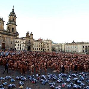 6.000 kişi kent meydanında çıplak poz verdi