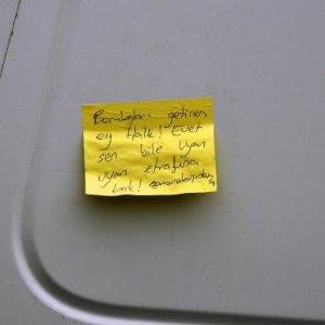 Plakasız kamyonetteki not alarma geçirdi !