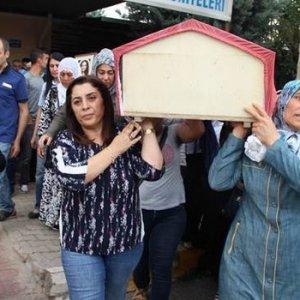 HDP'li başkan terörist cenazesini omuzladı