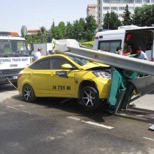 Taksi bariyere ok gibi saplandı