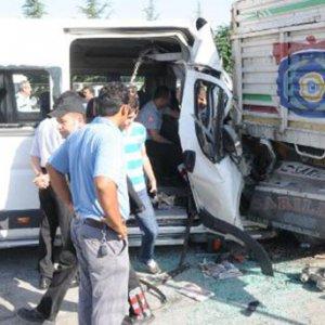 İşçi taşıyan minibüs kaza yaptı: 17 yaralı