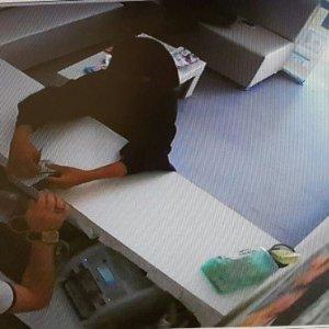 Çarşaflı hırsız sokak ortasında çırılçıplak soyundu !