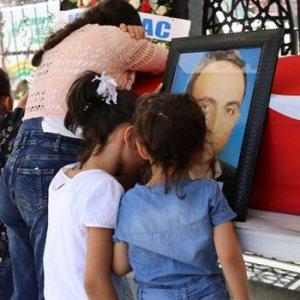 Hayatını kaybeden babaya kızlarından son öpücük !