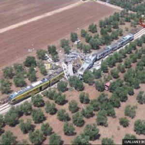 İtalya'da trenler çarpıştı: Çok sayıda ölü var