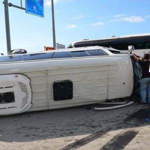 Yolcu otobüsü ve minibüs birbirine girdi !