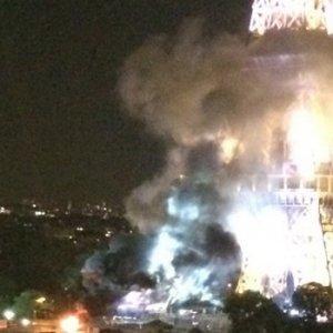 Eyfel Kulesi'nden dumanlar yükseldi