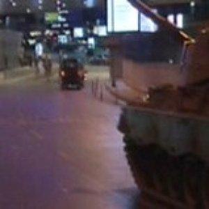 Atatürk Havalimanı'na tanklar girdi