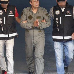 Gözaltına alınan askerlerin rütbeleri yere atıldı