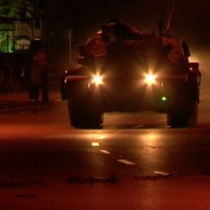 İstanbul'da tanklara yine vatandaş engel oldu