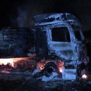 PKK'lı teröristler TIR yaktı