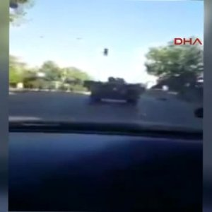 Belediyenin kamyonu tankı engellemeye çalıştı