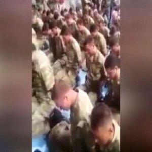 Kahraman komutan darbecileri polise teslim etti