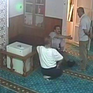 Sela okunan camiye palayla saldırdı