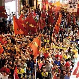 Taraftarlardan darbe girişimi protestosu !