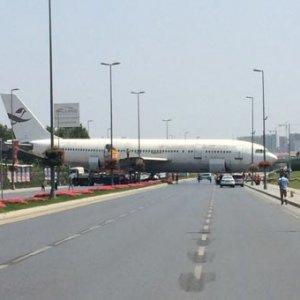 İstanbul'da yolda uçak görenler şaşırdı !